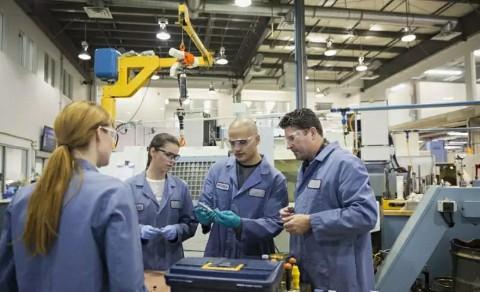 工厂持续改进生产流程的