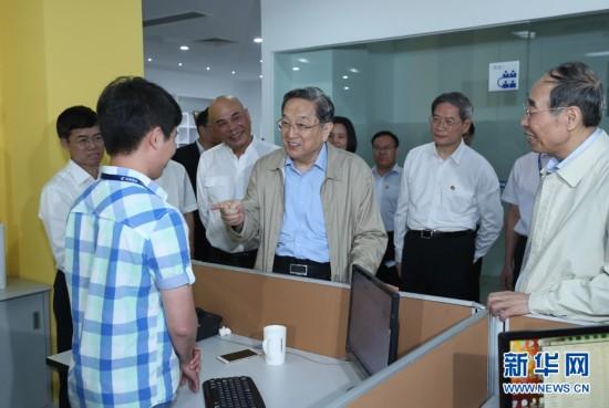 这是6月16日,俞正声在正航软件有限公司考察时与工作人员交谈。